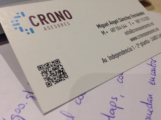 Tarjeta de visita de Crono Asesores con código QR