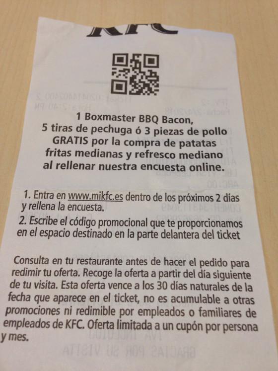 Parte posterior de un ticket del KFC con código QR e instrucciones